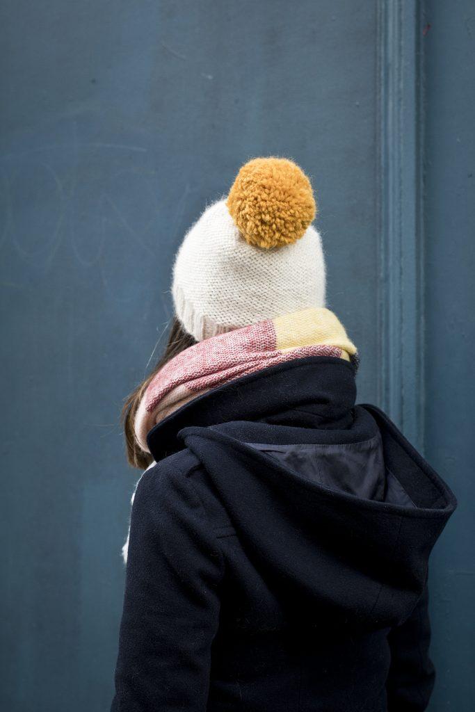 apprendre à tricoter un bonnet avec une torsade centrale avec Tea & Poppies