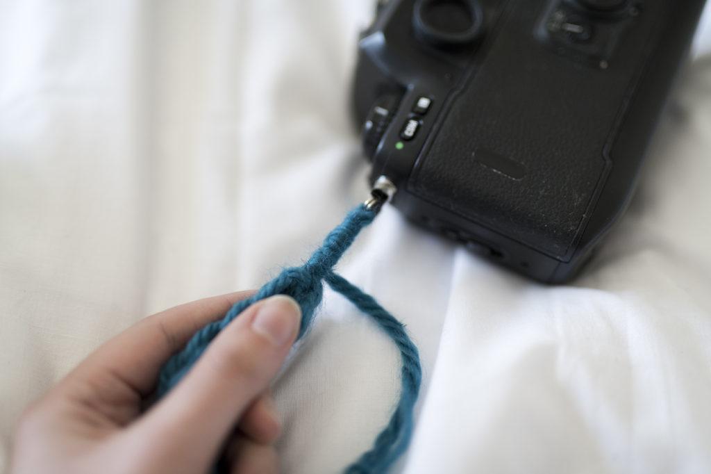 tricot, tricotin, DIY, tutoriel, sans couture, sangle pour appareil photo, accroche pour appareil photo, tricoter avec ses doigts