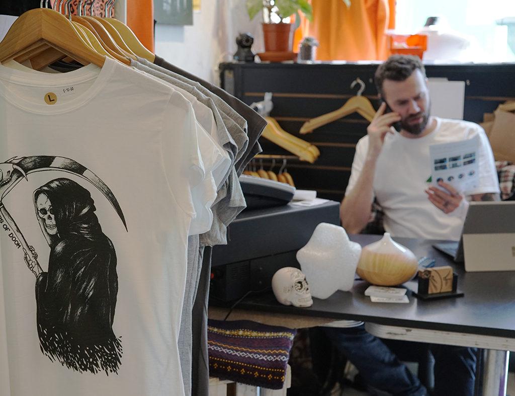 Découverte de la boutique Trunk Top à Brighton. Boutique indépendante d'impression textile. Création de motifs personnels - reaper