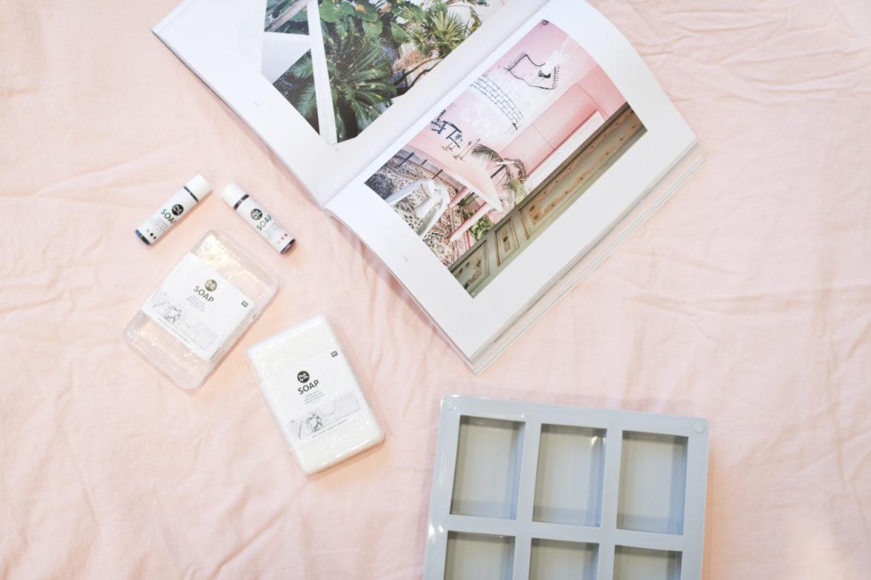 photo, matériel pour fabriquer son savon : moule, savon à modeler, colorants pour savon