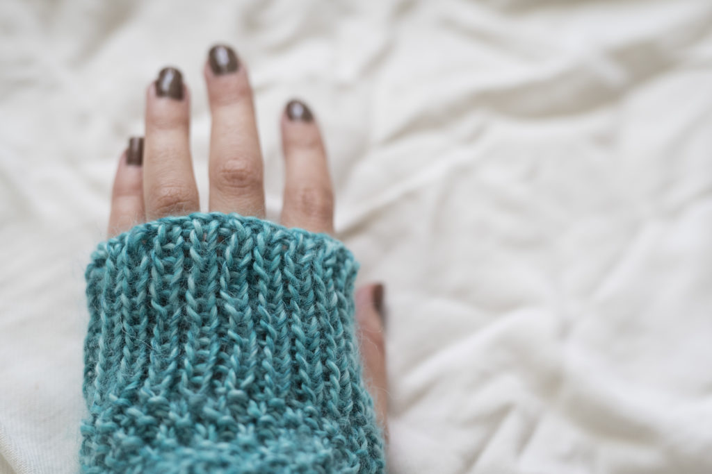 photo, zoom, tricot, mitaines, DIY, fait main, côtes 1x1, laine bleue