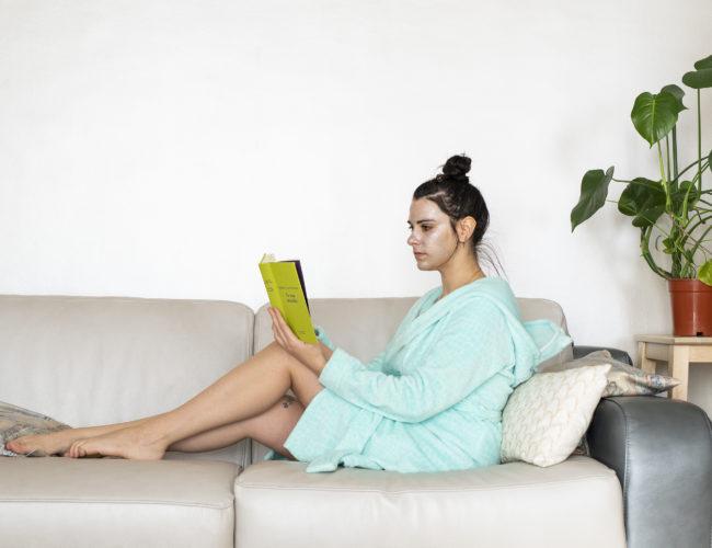 photo, femme, assise, lecture, canapé, livre, masque beauté, Tea and Poppies