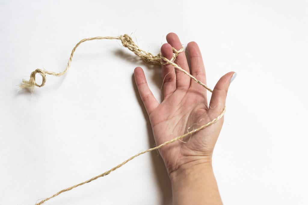 photo, main, tricot, tricoter avec les doigts, tricoter à deux doigts, tricotin