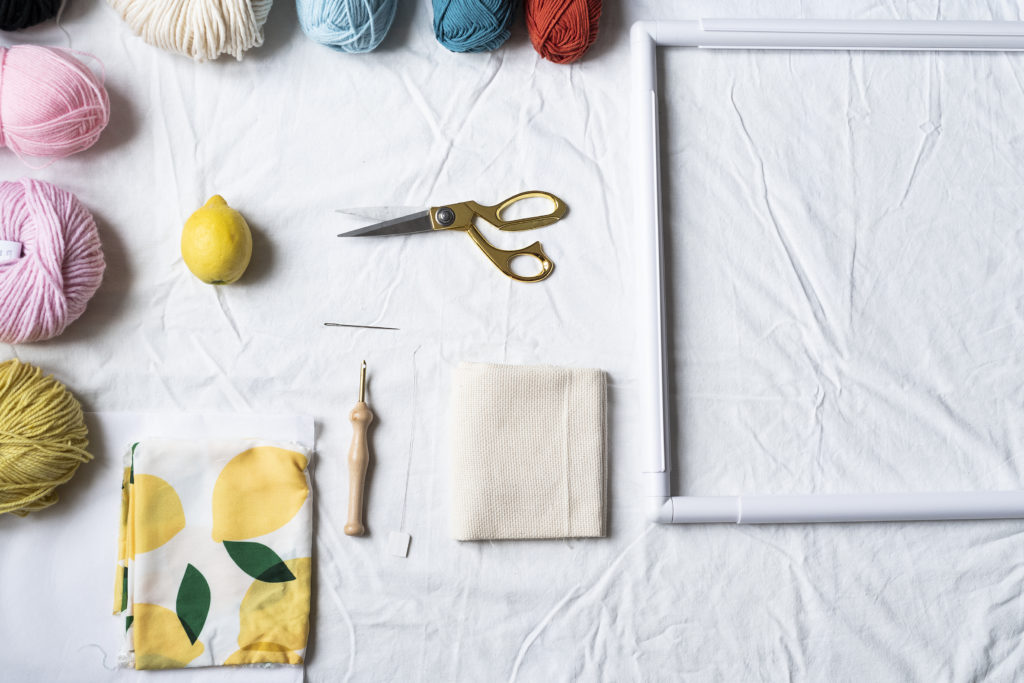 photo, matériel pour commencer le punch needle, aiguille magique, cadre, tissus, laine, paire de ciseaux