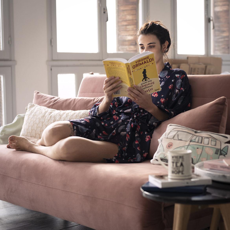 photo, lecture, femme, canapé rose